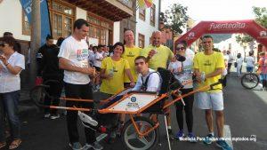 Andrés y su equipo de corredores de Joëlette