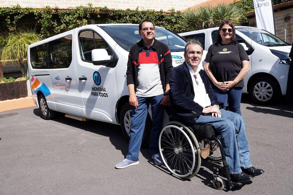 Vehículo adaptado con los miembros de Montaña Para Todos (Foto: Fundación CajaCanarias)