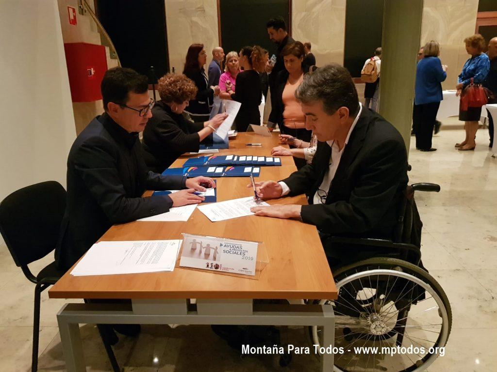 Firma de aceptación de la II Convocatoria de Ayudas a Proyectos Sociales de Fundación CajaCanarias por parte de nuestro presidente, Juan Antonio Rodríguez