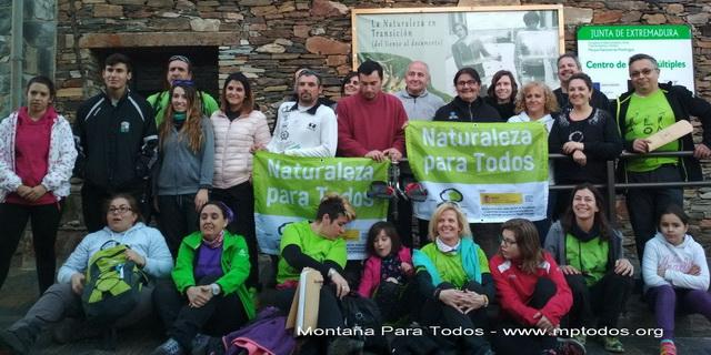 Foto de grupo de los voluntarios que participaron en el curso de piloto de Joëlette en el PN de Monfragüe